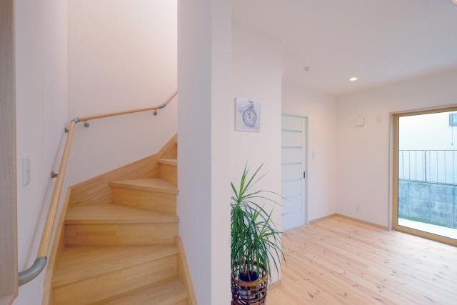 階段に手すりをつける必要性は?DIYでも可能?