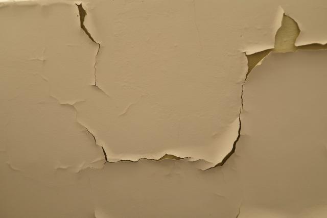 壁紙(クロス)にヒビが入る原因や対処法